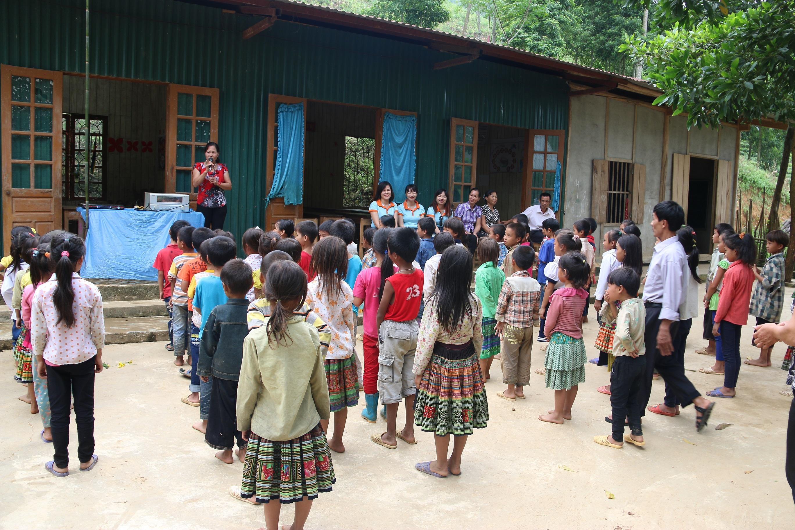 Nhiều em học sinh còn đi chân đất đến trường