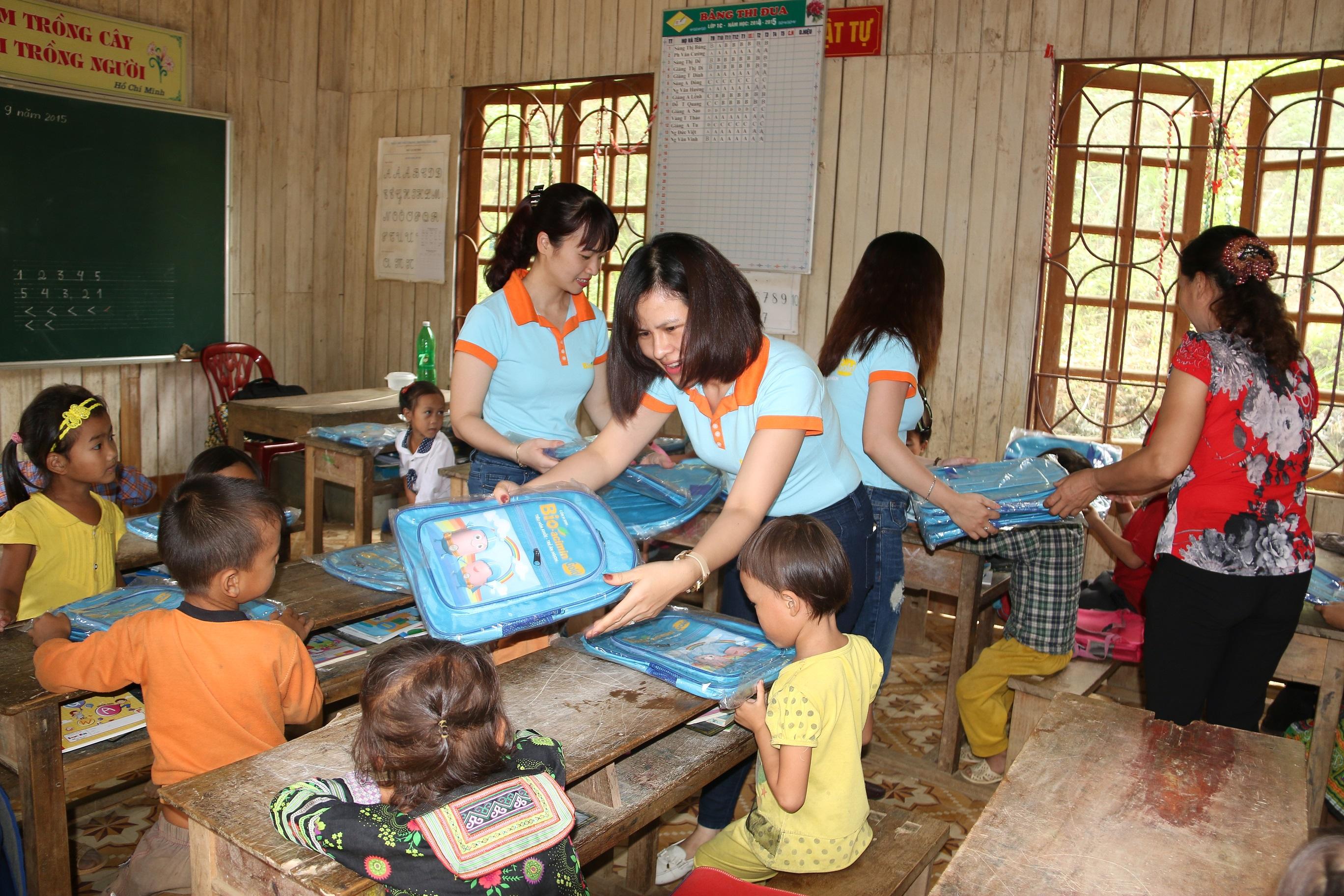 Đpàn công tác tặng quà cho các em học sinh