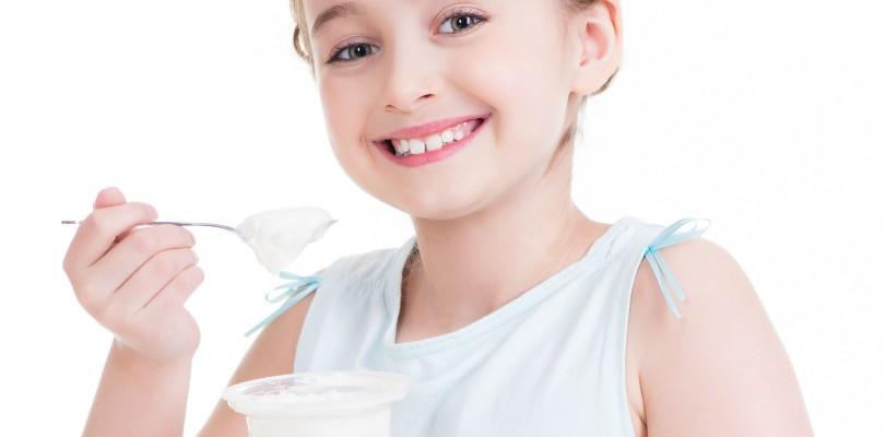 little-girl-eating-yogurt-810x400[1]