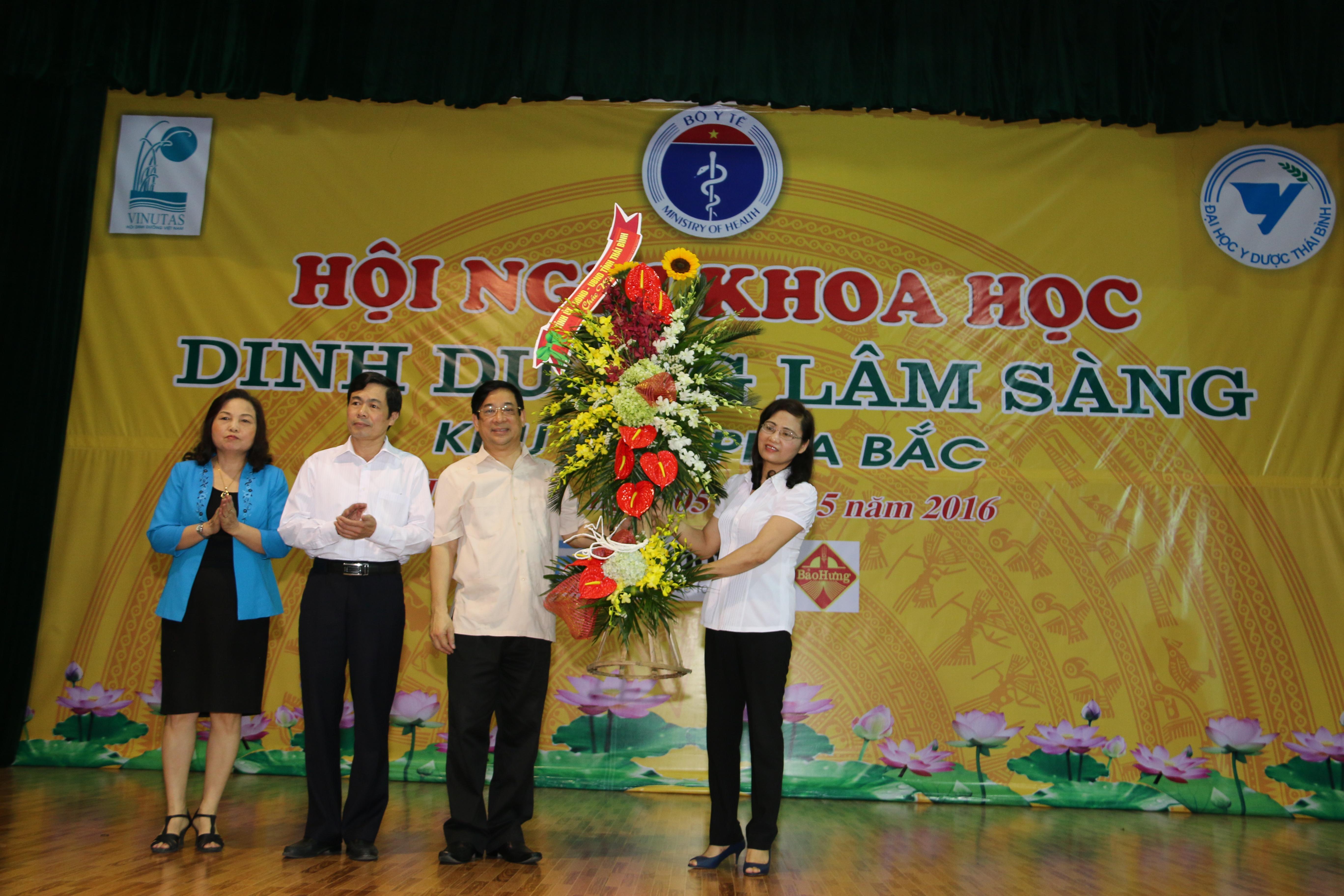 GS.TS. Lê Thị Hợp (Áo xanh) – Chủ tịch Hội Dinh dưỡng Việt Nam phát động Tháng hành động về Dinh dưỡng Việt Nam 2016