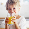 3 loại nước ép trái cây giúp điều trị táo bón cho trẻ