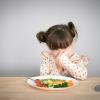 Con táo bón trường kỳ vì không chịu ăn rau, mẹ nên làm gì?