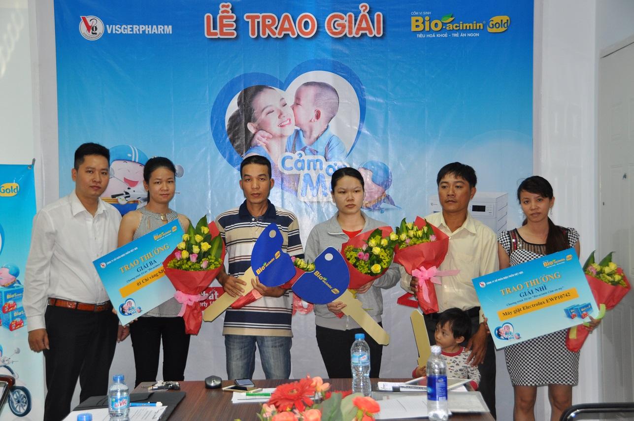Đại diện nhãn hàng cùng những  khách hàng tham dự lễ trao giải Đợt 2 chương trình Bio-acimin Cảm ơn mẹ