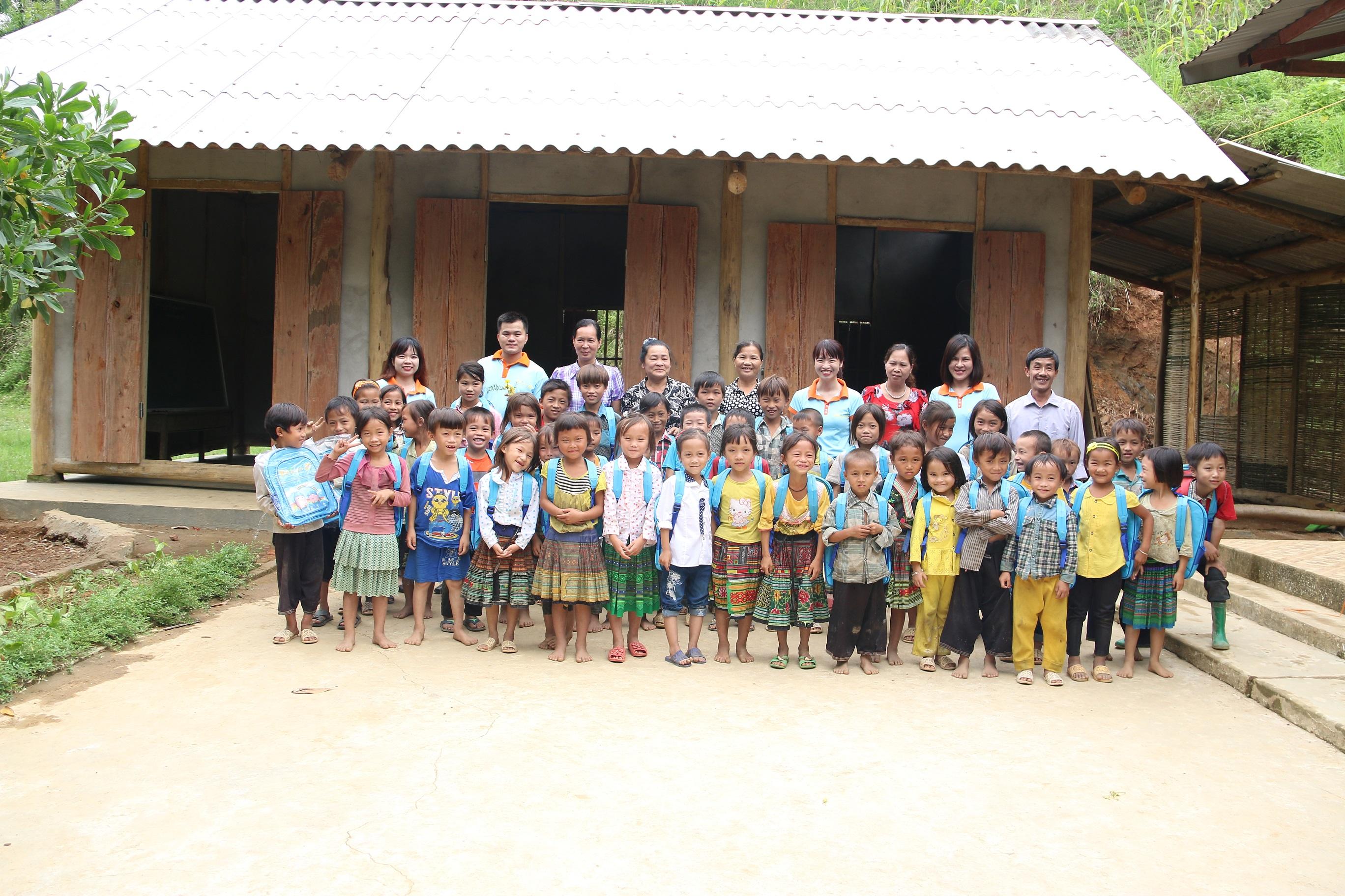 Thầy trò điểm trường thôn Diềm và lớp học mới xây dựng