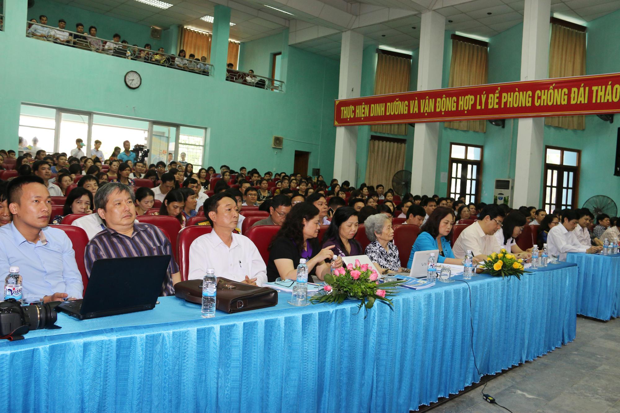 Các đại biểu tập trung lắng nghe nhóm nghiên cứu trình bày kết quả