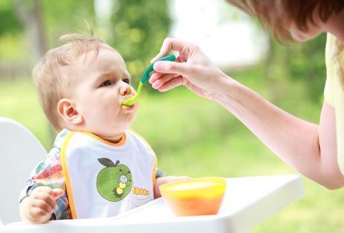 Cho bé ăn sữa chua