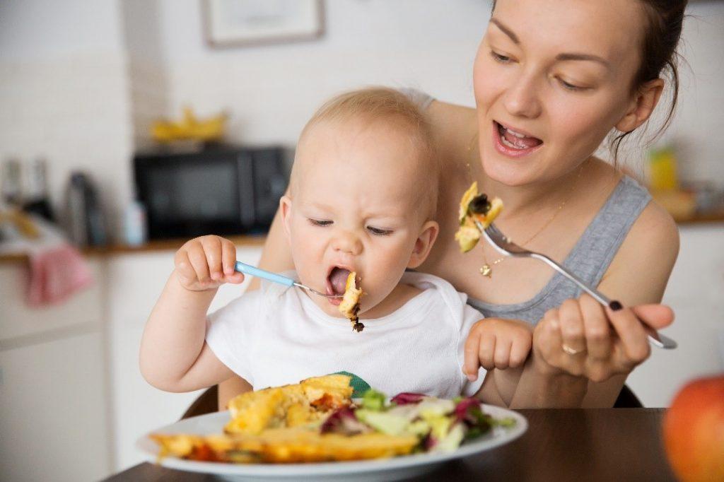 Khi bé có dấu hiệu thích thú với đồ ăn nghĩa là đã sẵn sàng cho chế độ ăn dặm