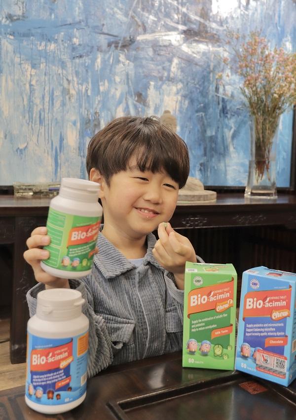 Bio-acimin Fiber Chew F dạng viên nhai, vị sữa thơm ngon khiến Xoài vô cùng thích thú