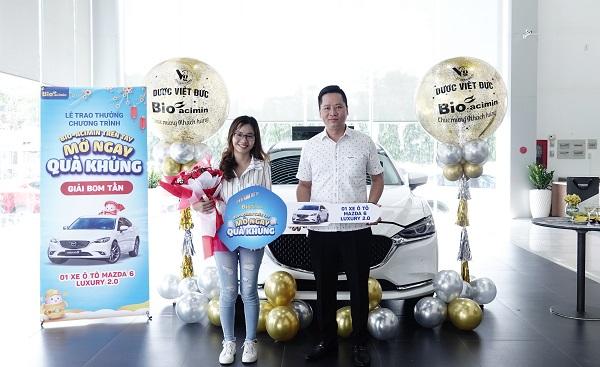 Ông Nguyễn Đăng Tuyển (Giám đốc chi nhánh Miền Nam - Công ty cổ phần Dược Phẩm Việt Đức) trao giải Bom Tấn cho khách hàng trúng giải.